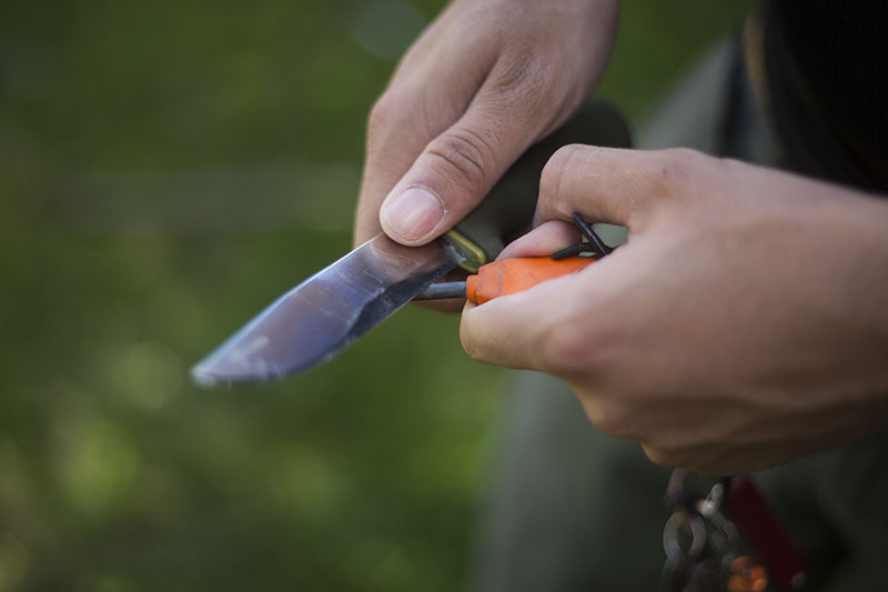 use fire starter with bushcraft forest fixed blade outdoor knife