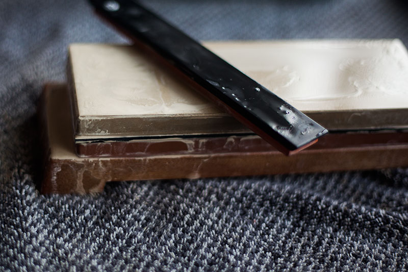 how to use knife sharpening stones to sharpen edges