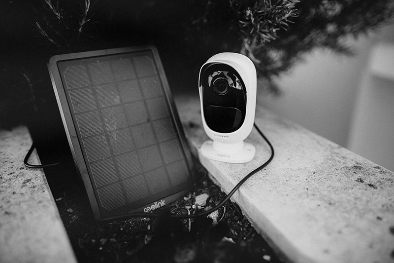 reolink-security-camera-with-solar-panel